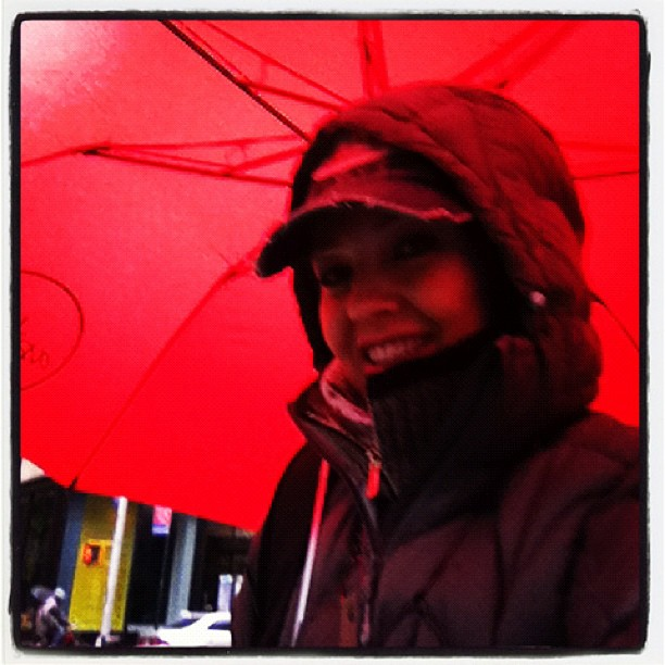 thalia_twitter_324_foto_thalia_abril_22_2012_sombrilla_roja_umbrella_red