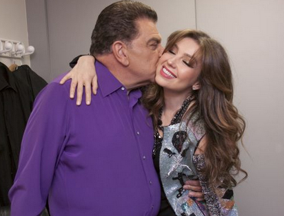 thalia_sabado_gigante_50_aniversario_backstage_con_don_francisco_octubre_2012_4